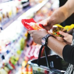 Custos com alimentação caem, e inflação da baixa renda recua em agosto.